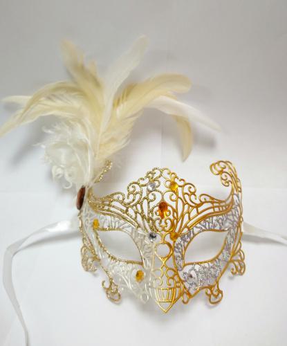 Карнавальная ажурная маска с перьями (серебряно-золотая), пластик, перья (Италия)