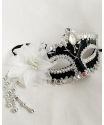 Черная маска с белым цветком
