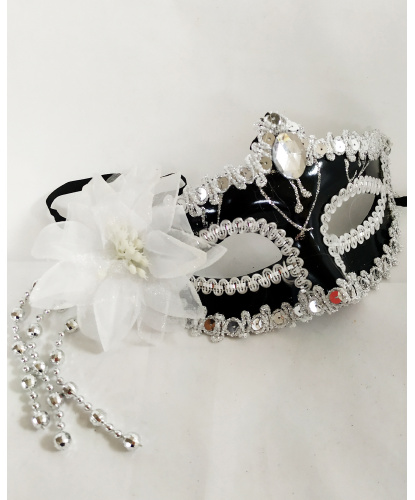 Черная маска с белым цветком, полиэстер, перья, пластик, стразы, пайетки (Германия)
