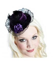 Мини-шляпка с пером и цветочком фиолетового цвета