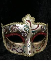 Золотая маска Dolce c красными блестками на веках