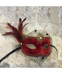 Красная бархатная маска с перьями и вуалью