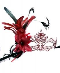Красная блестящая маска Pavone c перьями сбоку