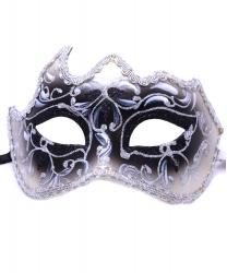 Черная маска с серебряной тесьмой