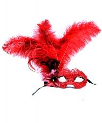 Красная венецианская маска с перьями сбоку