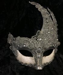 Ассиметричная маска украшенная кружевом, серебряная