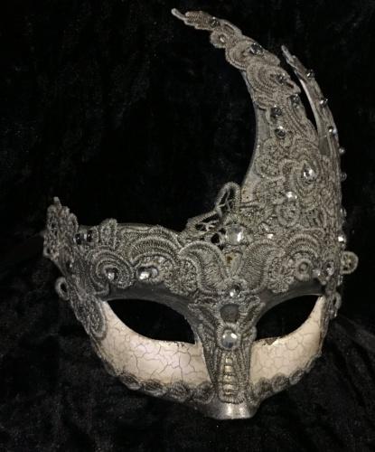 Ассиметричная маска украшенная кружевом, серебряная, кружево, стразы, пластик (Италия)