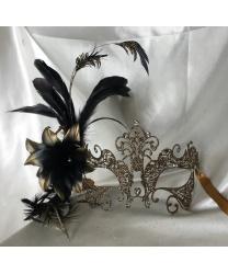 Металлическая золотая маска Giglio с перьями сбоку